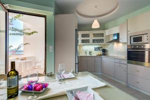 A kitchen or kitchenette at Alkionis Beach