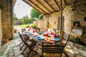 Restaurant ou autre lieu de restauration dans l'établissement Saint-Front-la-Riviere Villa Sleeps 8 Pool WiFi