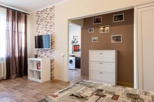 A television and/or entertainment center at Comfortable Apartment at Novoslobodskaya