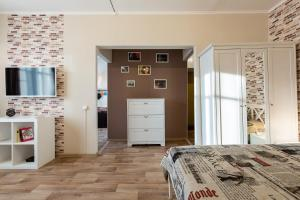 A bed or beds in a room at Comfortable Apartment at Novoslobodskaya