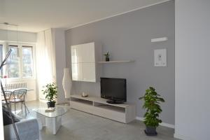 A television and/or entertainment center at MM House Apartment Tortona