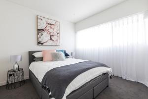 A bed or beds in a room at Executive Apartment Close to Sydney airport