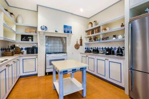 A kitchen or kitchenette at Edge17 Port Fairy Wharf