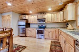 A kitchen or kitchenette at Island View I