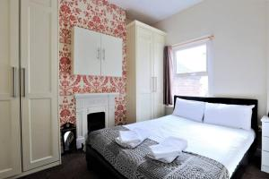 A bed or beds in a room at Large Victorian 3 Bed, in the perfect location!
