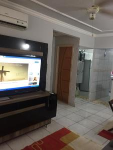 A television and/or entertainment center at Apartamento Mobiliado em Cuiabá