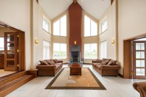 A seating area at Modern 5BR Country Manor