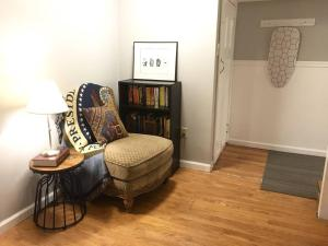 A seating area at ~*Pet Friendly 30min to Downtown*~ THE BOSTONIAN