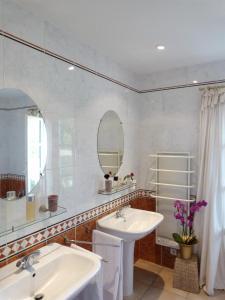 Salle de bains dans l'établissement Sainte-Colombe-de-Duras Villa Sleeps 6 Pool WiFi