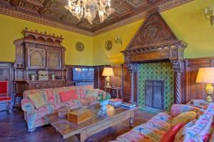 A seating area at Campiglia Marittima Chateau Sleeps 20 Pool Air Con