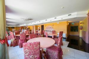 Ternate Apartment Sleeps 2 Air Con 레스토랑 또는 맛집
