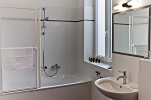 A bathroom at Sky Apartments Vienna