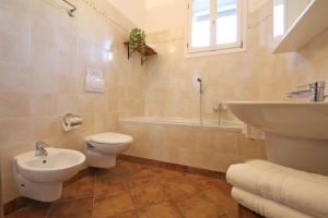 A bathroom at Appartamento Rosa Dei Venti