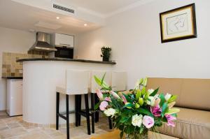 Cuisine ou kitchenette dans l'établissement Emeraude Résidence Hotelière