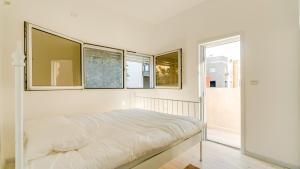 Cama ou camas em um quarto em Double O - Boutique apt Next to Beach