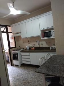A kitchen or kitchenette at Apartamento Enseada Guarujá
