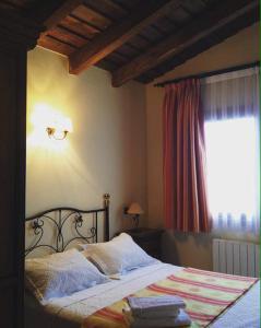 A bed or beds in a room at El Encanto del Valle del Lozoya