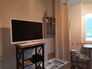 Télévision ou salle de divertissement dans l'établissement Home St. Germain
