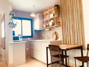 """A kitchen or kitchenette at """"Aires de Lumbreras"""" Duplex Terraza"""