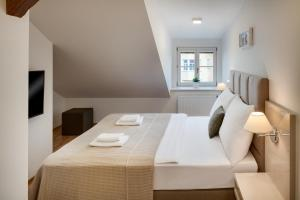 A bed or beds in a room at Louren Apartments