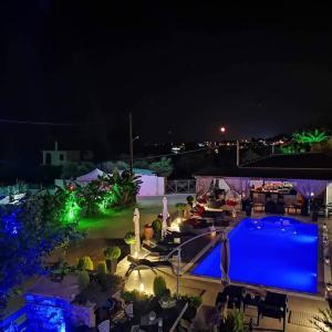 Ein Blick auf den Pool von der Unterkunft Villa Corali Apartments oder aus der Nähe