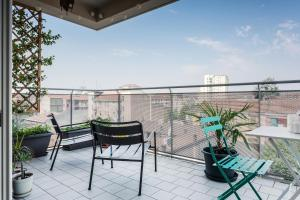 A balcony or terrace at Bright and spacious apartment in Milan!