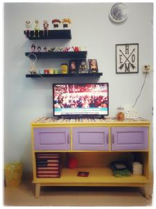 A television and/or entertainment centre at Rumah Ayin Homestay Near Airport