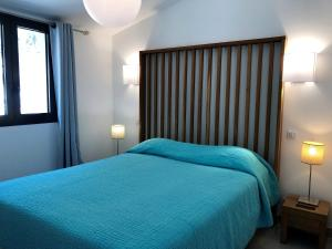 A bed or beds in a room at Les Appartements du Port
