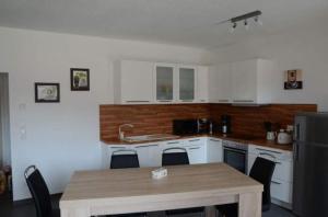 A kitchen or kitchenette at Ferienhaus Sandy