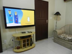 Una televisión o centro de entretenimiento en Apartamento Top Praia Sensacional