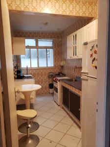 A kitchen or kitchenette at Praia do Forte Cabo Frio Apartment