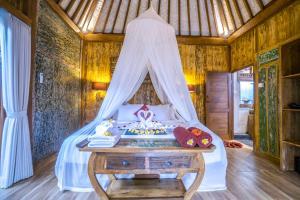 Cama ou camas em um quarto em The Forest Batu Kurung Ubud