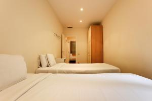 A bed or beds in a room at Lovely and modern 3-Bed apartment in the city centre