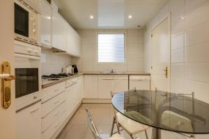 A kitchen or kitchenette at Lovely and modern 3-Bed apartment in the city centre
