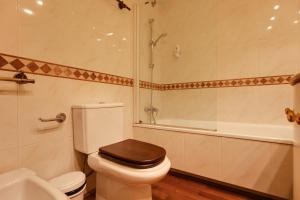 A bathroom at Lovely and modern 3-Bed apartment in the city centre