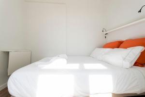 Een bed of bedden in een kamer bij Mouraria Cosy Apartment