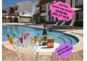 """Piscina de la sau aproape de Coral Village - """"Caribbean Cocktails"""" Deluxe Suites & Pool"""
