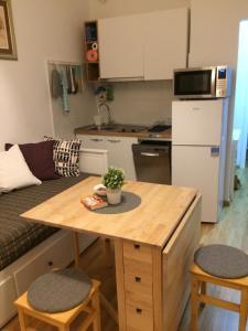Kuchyňa alebo kuchynka v ubytovaní VERY CLOSE Studio Apartment