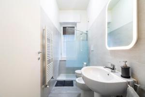 A bathroom at Fashion Style Apartment Near MM2 Famagosta