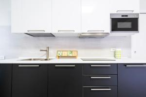 A kitchen or kitchenette at Fashion Style Apartment Near MM2 Famagosta