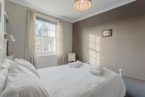 En eller flere senge i et værelse på 2 Bedroom Apartment in the Heart of Angel