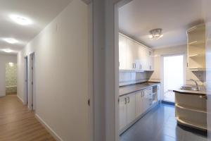 A kitchen or kitchenette at 3 Bedrooms & 2 Bathrooms Apartment with huge Patio. Great Location