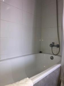 Un baño de Depto en Santiago Metro U. de Chile