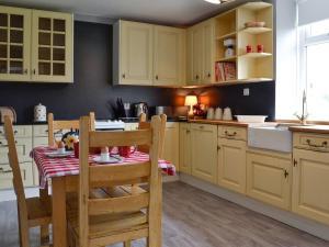 A kitchen or kitchenette at Black Bull Cottage