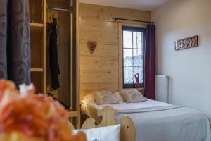 A bed or beds in a room at Apartamenty i Pokoje Willa Bajeczka