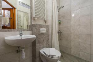 A bathroom at Pokoje i Apartamenty Krupówki 36