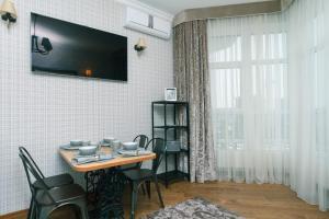 Televizorius ir (arba) pramogų centras apgyvendinimo įstaigoje Luxrent Apartments on Palace Ukraina Ocean Plaza