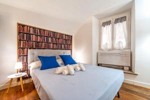 A bed or beds in a room at New Luxury Sweet Home Cappellari - Campo dei Fiori