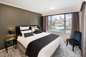 A bed or beds in a room at Darling Harbour Getaway