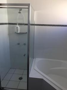 A bathroom at Aberdare Lodge